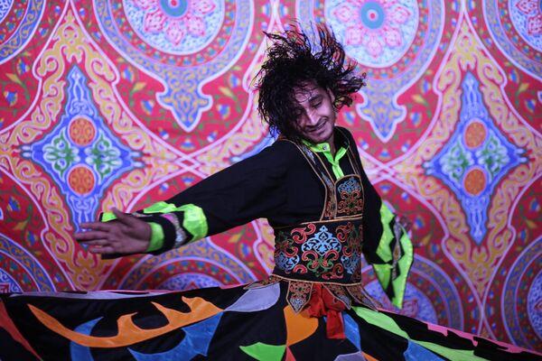Wykonanie tradycyjnego tańca egipskiego w Kairze - Sputnik Polska