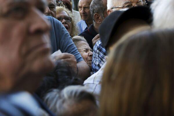 Emeryci czekający przed budynkiem Narodowego Banku Grecji - Sputnik Polska