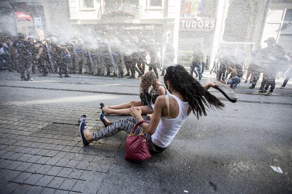 Policja rozpędza paradę Gay Pride w Turcji - Sputnik Polska