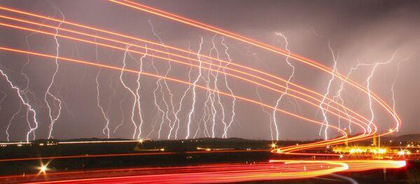 Błyskawice rozświetlają niebo nad lotniskiem Daggett, Kalifornia - Sputnik Polska