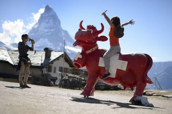 Japońscy turyści robią zdjęcia w górach Szwajcarii - Sputnik Polska