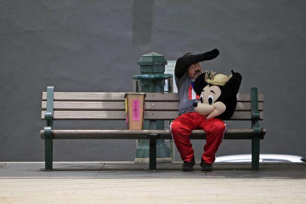 Mężczyzna w stroju Myszki Miki - Sputnik Polska