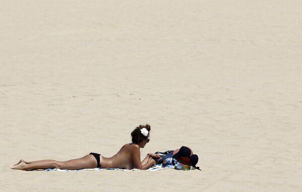 Kobieta opala się na plaży w Bordeaux - Sputnik Polska