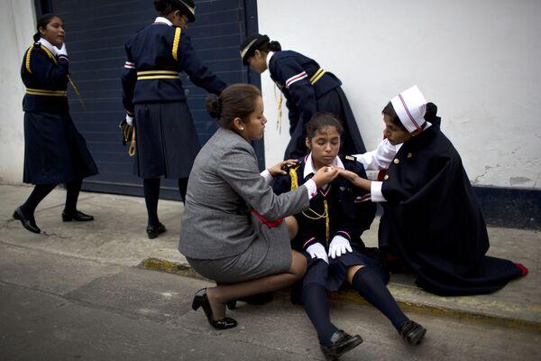 Dziewczynka straciła przytomność podczas parady w Dniu św. Piotra w Limie, Peru - Sputnik Polska