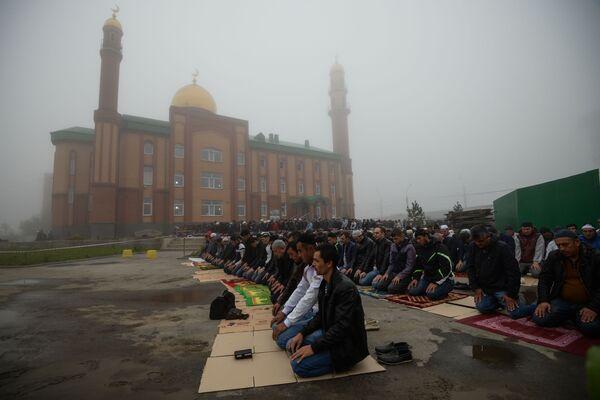 Święto Ofiarowania Kurban Bajram w pobliżu Meczetu Sheikh Kunta-Haji Kishiev w Nowosybirsku - Sputnik Polska