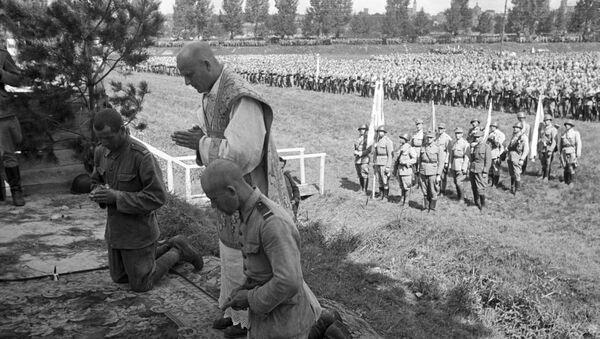 Ksiądz modli się z żołnierzami Wojska Polskiego. 1944 rok. - Sputnik Polska