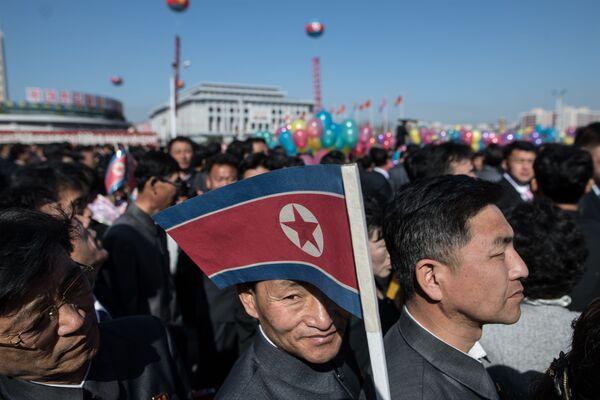 Mieszkańcy stolicy na uroczystej ceremonii otwarcia nowego kompleksu mieszkalnego w Pjongjangu - Sputnik Polska