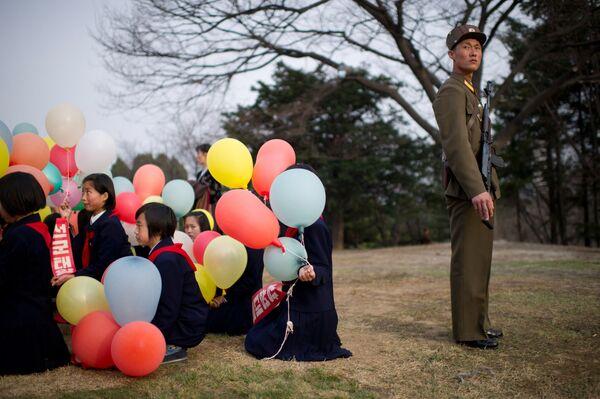 Mieszkańcy Pjongjangu podczas uroczystej ceremonii otwarcia pomnika Kim Ir Sena i Kim Dzong Ila w Pjongjangu - Sputnik Polska