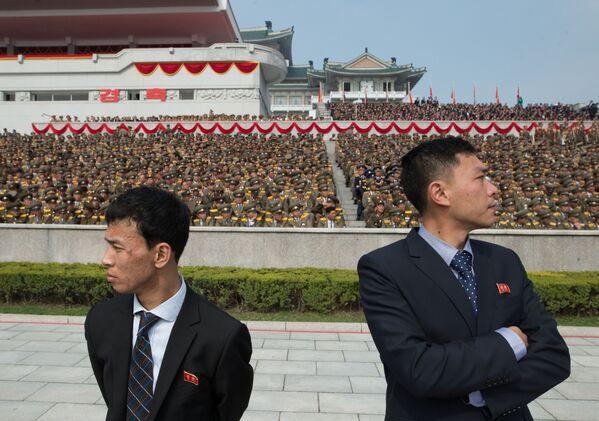 Uczestnicy parady z okazji 105. rocznicy urodzin założyciela Korei Północnej Kim Ir Sena - Sputnik Polska