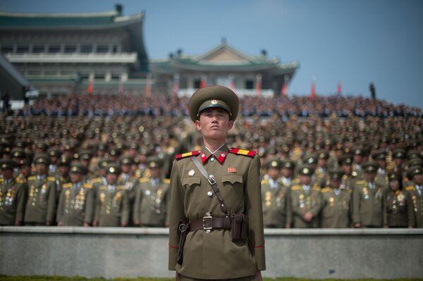 Wojskowi w czasie parady wojskowej w Pjongjangu - Sputnik Polska