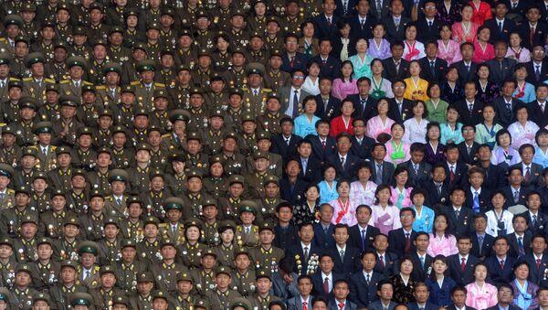 Żołnierze Koreańskiej Armii Ludowej i mieszkańców Pjongjangu na stadionie im. Kim Ir Sena - Sputnik Polska