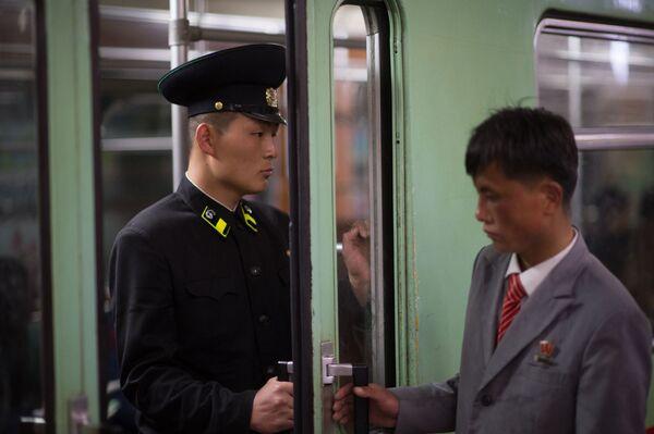 Pracownicy metra w Pjongjangu w wagonie pociągu - Sputnik Polska