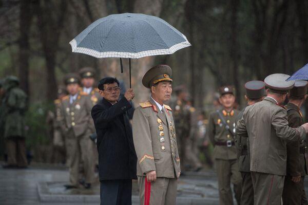 Wojskowi na terytorium muzeum Kim Ir Sena w Mangyongdae w prowincji Pjongjangu - Sputnik Polska