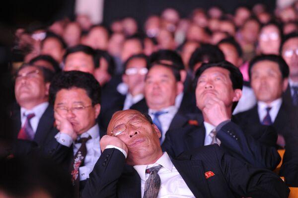 Widzowie podczas koncertu z okazji 100. rocznicy urodzin założyciela Korei Północnej Kim Ir Sena - Sputnik Polska