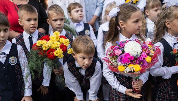 Uczniowie szkoły nr 26 w Omsku na uroczystym apelu poświęconym Dniu Wiedzy - Sputnik Polska