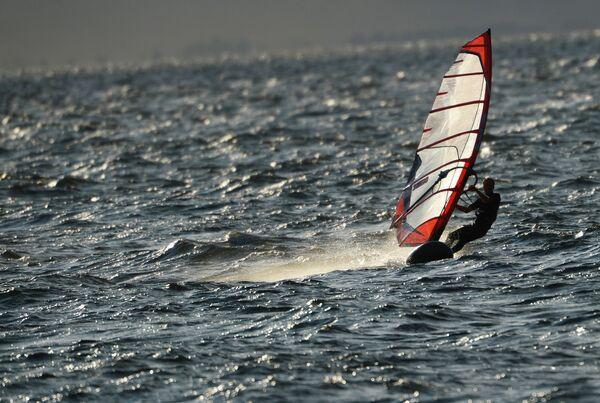 Mężczyzna uprawiający surfing w akwenie Zatoki Amurskiej. - Sputnik Polska