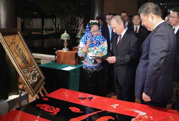 Władimir Putin i Xi Jinping na wystawie przedmiotów dziedzictwa kulturowego Chin - Sputnik Polska
