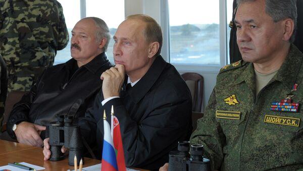 Prezydenci Rosji i Białorusi Władimir Putin i Alaksandr Łukaszenka obserwują przebieg rosyjsko-białoruskich ćwiczeń Zachód 2013 na poligonie Chmielewka w obwodzie kaliningradzkim. Po prawej - minister obrony Rosji Siergiej Szojgu - Sputnik Polska