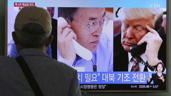 Program południowokoreańskiej telewizji o rozmowach prezydenta USA Donalda Trumpa z prezydentem Republiki Korei Moon Jae-in na temat dostawy broni - Sputnik Polska