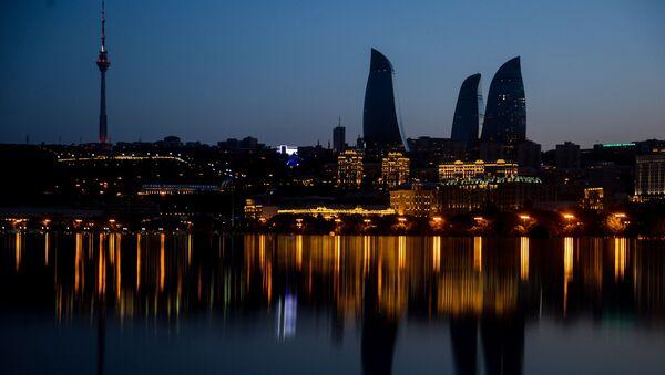 Widok na wieżowce z bakijskiego wybrzeża - Sputnik Polska