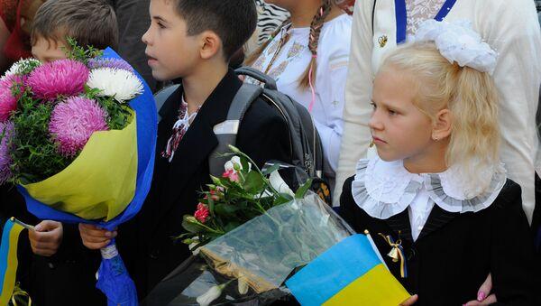 Uczniowie na uroczystym apelu poświęconym Dniu Wiedzy w Kijowie - Sputnik Polska