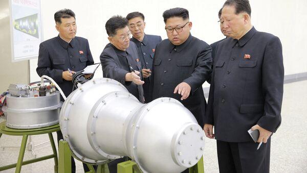 Przywódca Korei Północnej Kim Dzong Un podczas inspekcji opracowań nuklearnych w Pjongjangu - Sputnik Polska