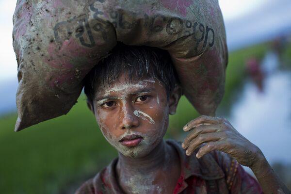 Chłopiec Rohingya z workiem na głowie w Bangladeszu - Sputnik Polska