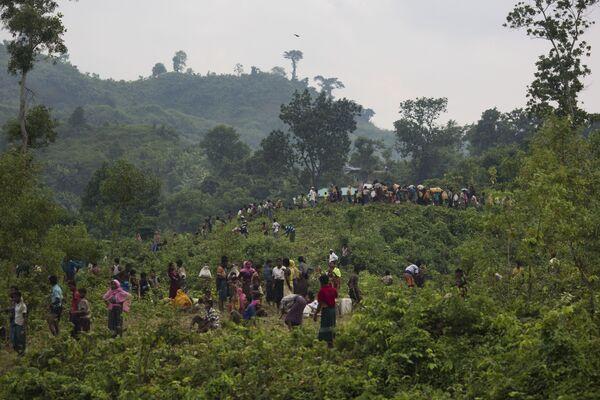Uchodźcy Rohingya przekraczają granicę Bangladeszu - Sputnik Polska