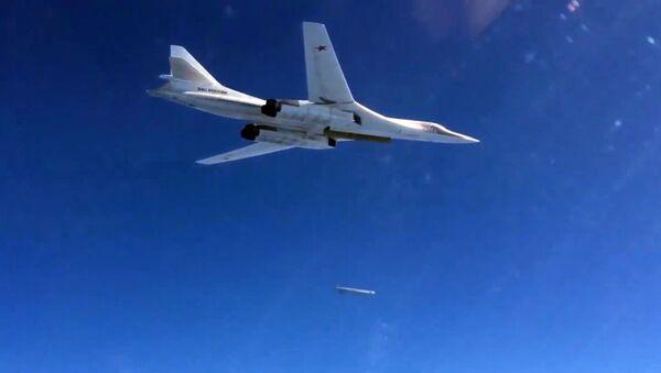 Bombowiec Tu-160 Sił Powietrzno-Kosmicznych Rosji wystrzeliwuje pociski manewrujące nad Morzem Śródziemnym na obiekty PI (zakazane w Rosji) w Syrii - Sputnik Polska
