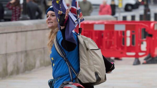 Przeciwniczka wyjścia Wielkiej Brytanii z Unii Europejskiej na ulicy Londynu - Sputnik Polska