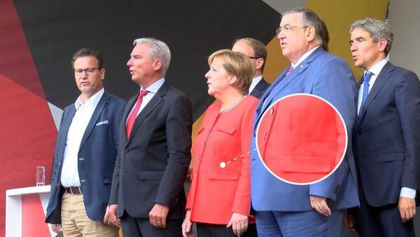 Angelę Merkel obrzucono pomidorami - Sputnik Polska