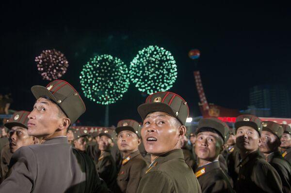 Mieszkańcy Pyongyangu podczas pokazu fajerwerków z okazji udanego testu bomby wodorowej w Korei Północnej - Sputnik Polska