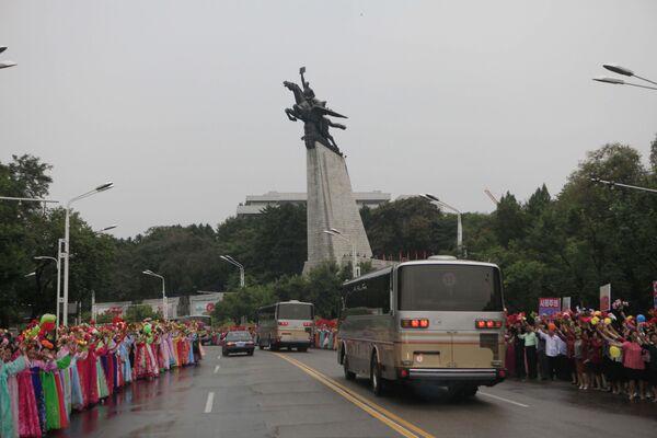 Mieszkańcy Pyongyangu wiwatują przejeżdżających uczestników udanego testu bomby wodorowej w Korei Północnej - Sputnik Polska