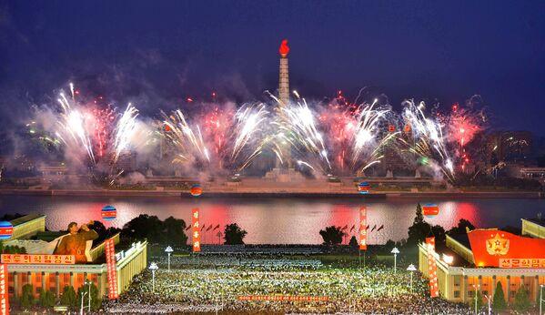 Pokaz fajerwerków z okazji udanego testu bomby wodorowej w Korei Północnej - Sputnik Polska