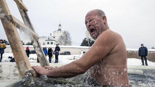 Mężczyzna w wodzie - Sputnik Polska