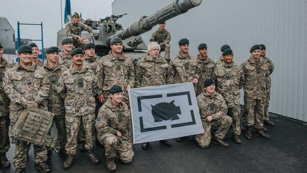 Szef MSZ Wielkiej Brytanii Boris Johnson podczas spotkania z żołnierzami w bazie wojennej w Tapa, Estonia - Sputnik Polska
