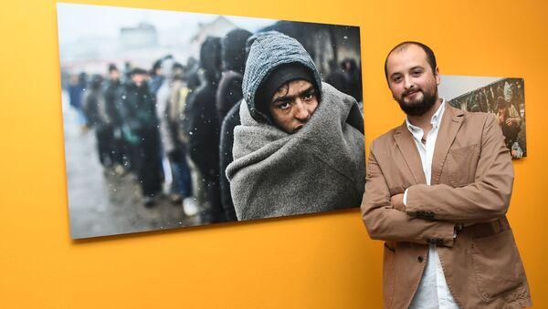 """Grand Prix oraz pierwsze miejsce w kategorii """"Główna wiadomość. Seria"""" przypadło w udziale Hiszpanowi Alejandro Martinezowi Velezowi. Hiszpański fotograf jest autorem serii """"Uchodźcy w Belgradzie - Sputnik Polska"""