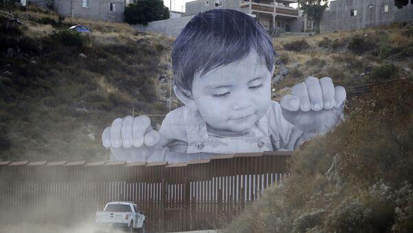 Obraz dziecka pojawił się na punkcie kontrolnym w mieście Tecate - Sputnik Polska