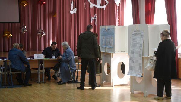 Wyborcy w lokalu wyborczym w Moskwie - Sputnik Polska