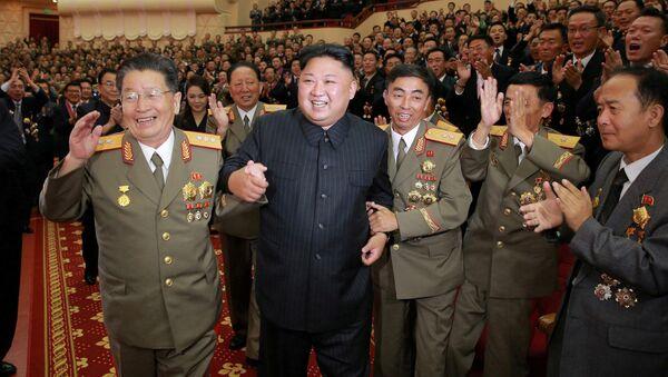 Lider Kim Dzong Un w czasie świętowania z inżynierami i uczonymi - Sputnik Polska
