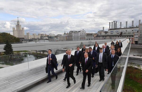 Wznoszący się most jest jedną z głównych atrakcji. Można z niego podziwiać panoramę Kremla, nabrzeże i sam park. - Sputnik Polska