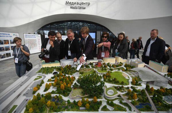 Prezydent obejrzał też makietę parku. Pytał Sobianina, ile trwała jego budowa. Otrzymał odpowiedź, że dwa lata. - Sputnik Polska