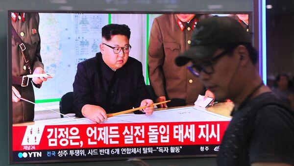 Телевизионный выпуск новостей с лидером КНДР Ким Чен Ыном на ж/д станции в Сеуле - Sputnik Polska
