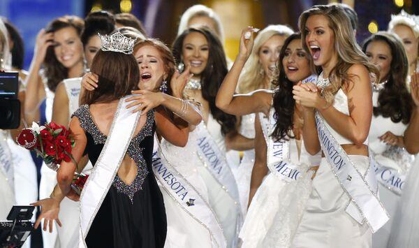 Miss Dakoty Północnej Cara Mund przyjmuje gratulacje po ogłoszeniu werdyktu - Sputnik Polska