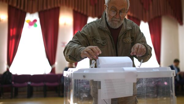 Wyborca w lokalu wyborczym w Moskwie - Sputnik Polska