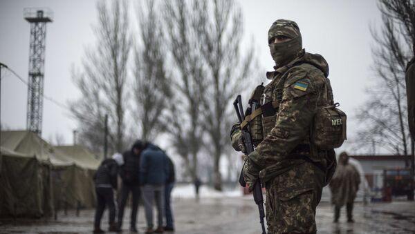 Ukraiński żołnierz przy centrum pomocy humanitarnej w Awdiejewce - Sputnik Polska