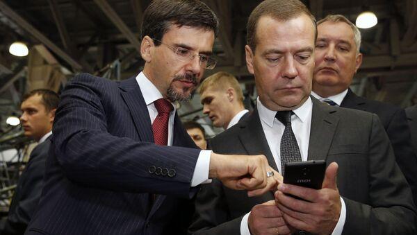 Rosyjski premier Dmitrij Miedwiediew w czasie oglądania ekspozycji III Międzynarodowej Wystawy Zastępowanie Importu - Sputnik Polska