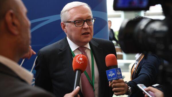 Zastępca ministra spraw zagranicznych Rosji Siergiej Riabkow rozmawia z dziennikarzami na międzynarodowym forum Primakowskie Czytania - Sputnik Polska