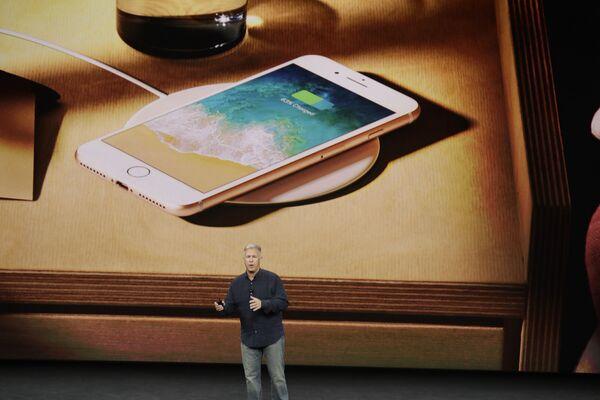 Wiceprezes Apple - Phil Schiller podczas prezentacji nowego  iPhone 8 w Kalifornii - Sputnik Polska