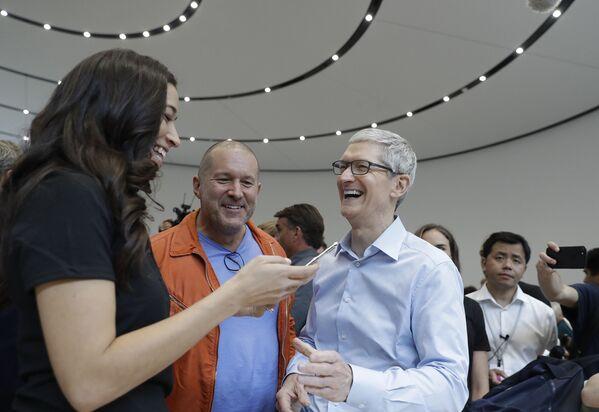 Dyrektor generalny Apple - Tim Cook podczas prezentacji  iPhone X w Kalifornii - Sputnik Polska